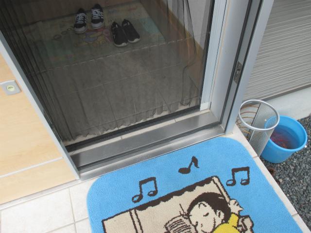 リクシルの玄関引戸、商品名エルムーブのスライド網戸が破けました